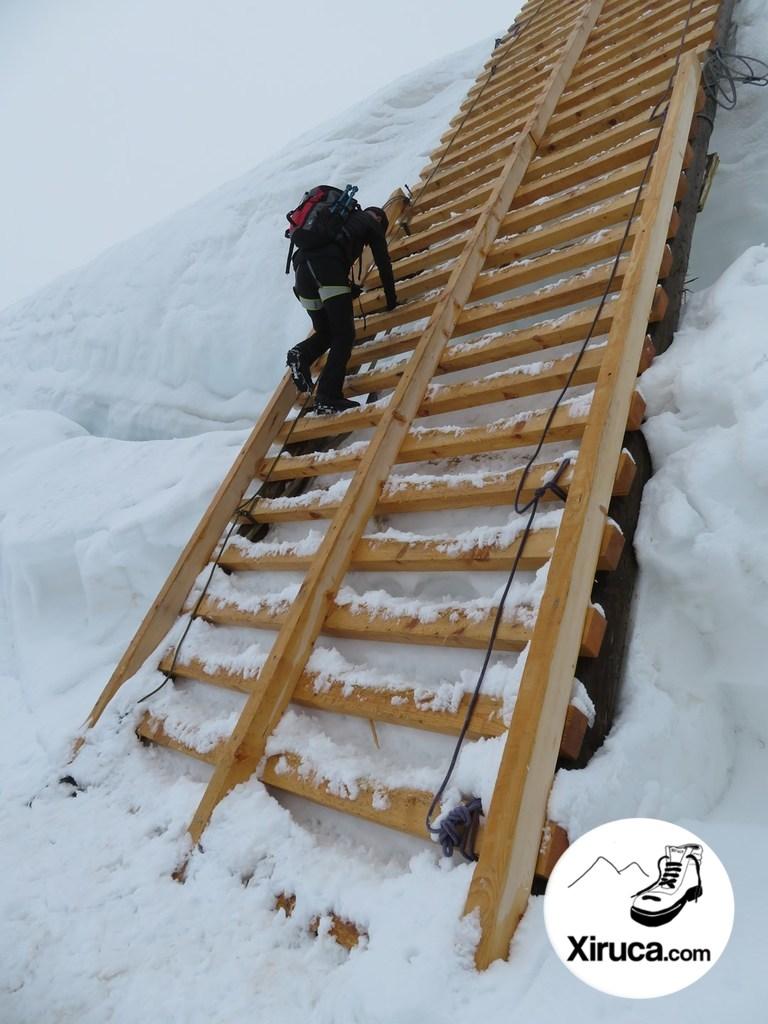 Escalera de madera para superar una grieta en el Allalinhorn