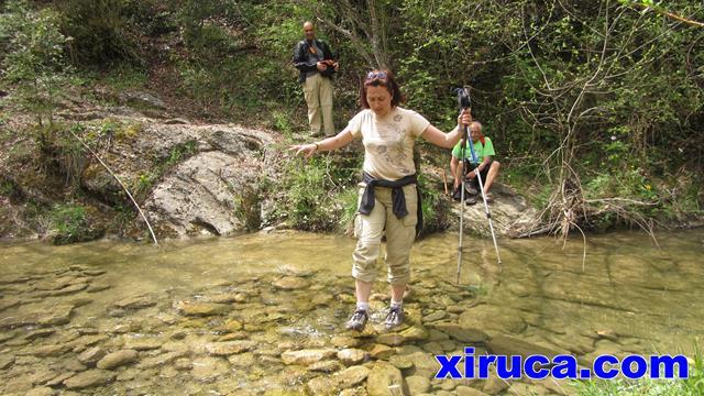 Sonia cruzando el río