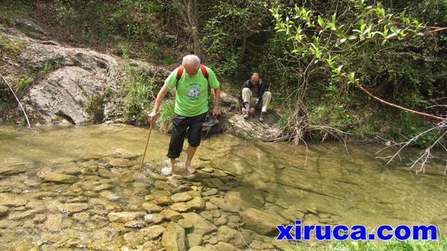 Luis cruzando el río
