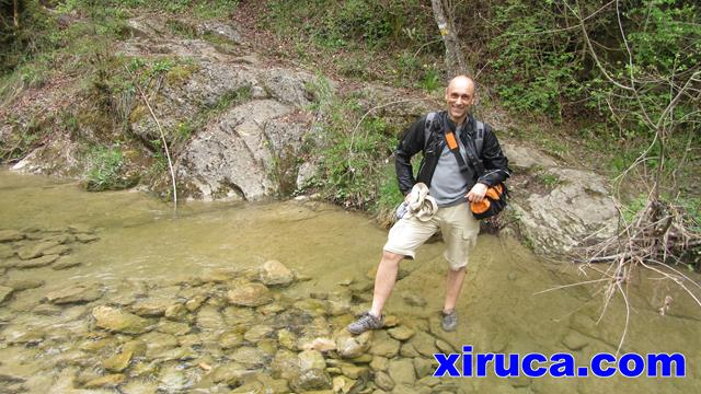 Carlos posando en el río