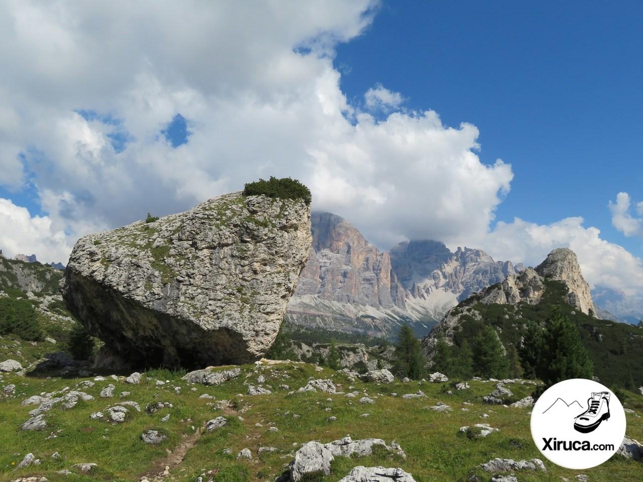 Enorme roca, con la Tofana di Rozes de fondo