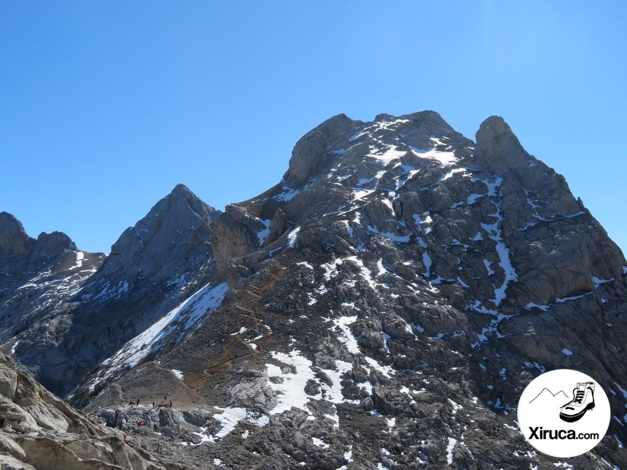 Torre de los Horcados Rojos desde camino al Pico Tesorero