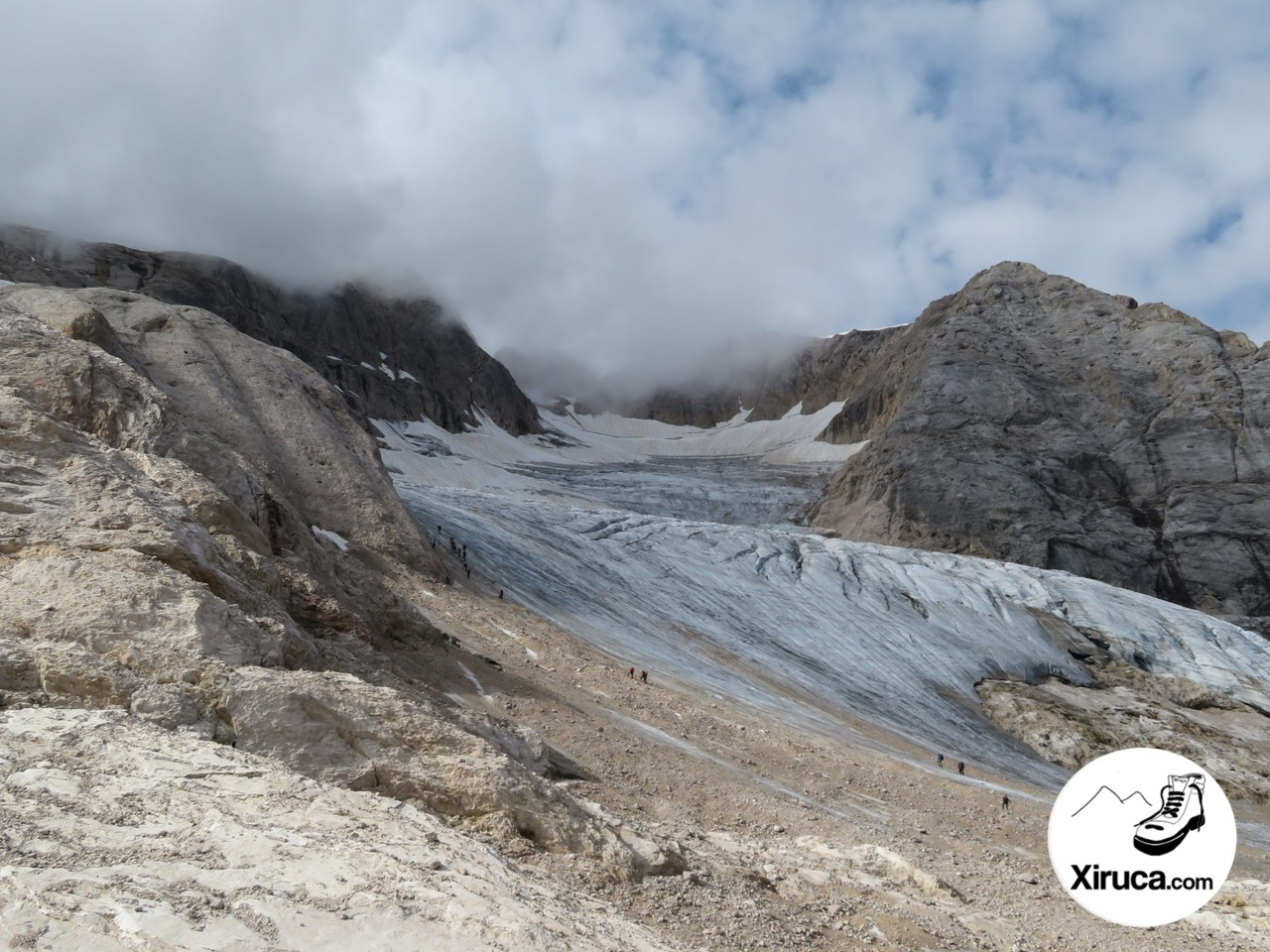 Montañeros ascendiendo al glaciar de la Marmolada