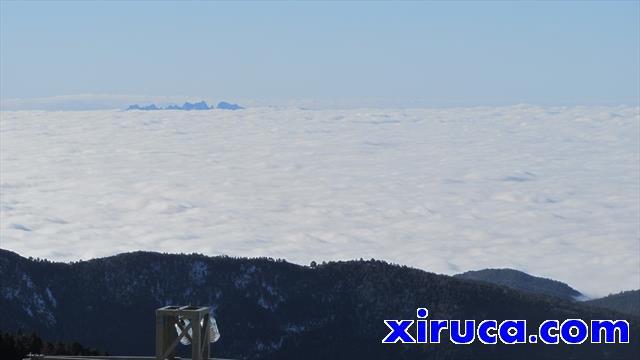 Montserrat asoma sobre el mar de nubes