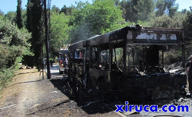 Autobús quemado en la carretera del cementerio de Collserola
