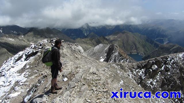 Inicio de la cresta final, con el Lago de Llauset al fondo