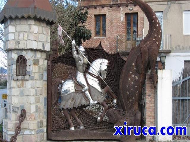 Puerta con Sant Jordi matando al dragón