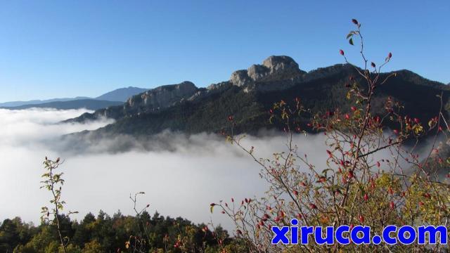 Mar de nubes bajo la Serra dels Trulls y Roca Tallada