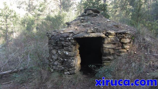 Barraca de piedra seca junto a la Balma dels Gobians