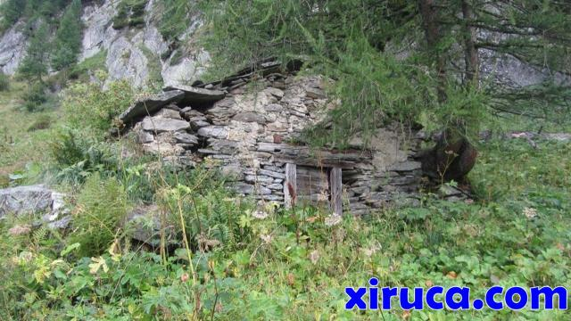 Ruinas de cabaña en el ascenso a les Grands